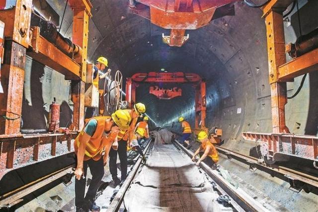 地铁4号线北延线进入铺轨