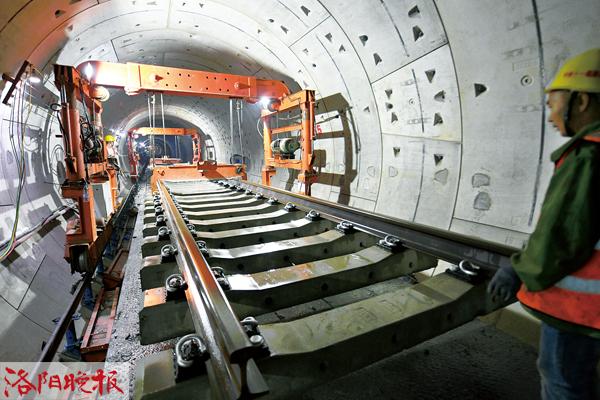 洛阳地铁1号线铺轨作业全